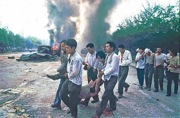 1989年六四期間,請願的學生與民眾遭到當局鎮壓。圖為請願者救護傷員。(Jian Liu 提供)