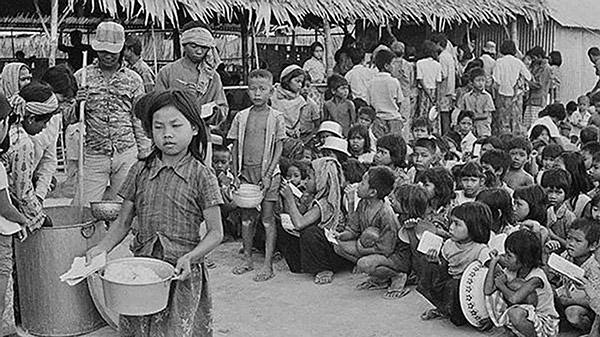 1975年,柬埔寨金邊,無家可歸的兒童。(網絡圖片)