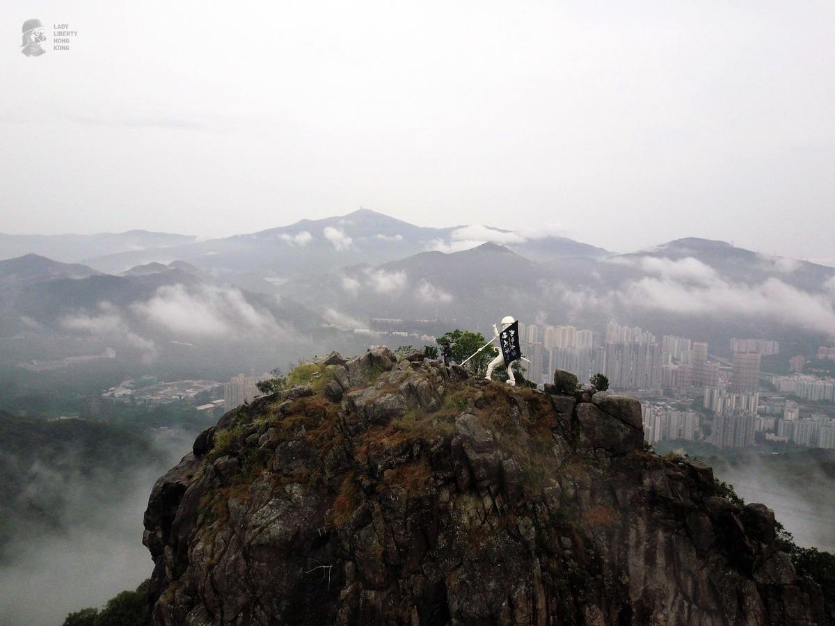 2019年10月13日凌晨五時許,20多名香港人士一同把香港民主女神像運上了獅子山。(Lady Liberty Hong Kong)