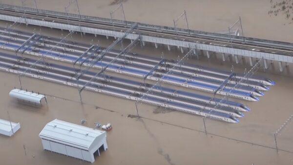 受到強颱海貝思影響,位於長野縣內的千曲川氾濫,長野市赤沼的JR東日本長野新幹線車輛中心新幹線車輛嚴重淹水成災。(影片截圖)