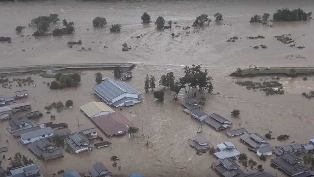 受到強颱海貝思影響,位於長野縣內的千曲川氾濫潰決,淹沒住宅。(影片截圖)