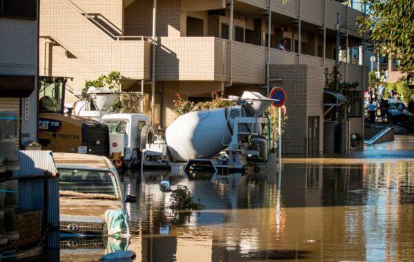 2019年10月13日,受到颱風海貝思影響,在川崎發現被淹沒的車輛。(ODD ANDERSEN/AFP via Getty Images)