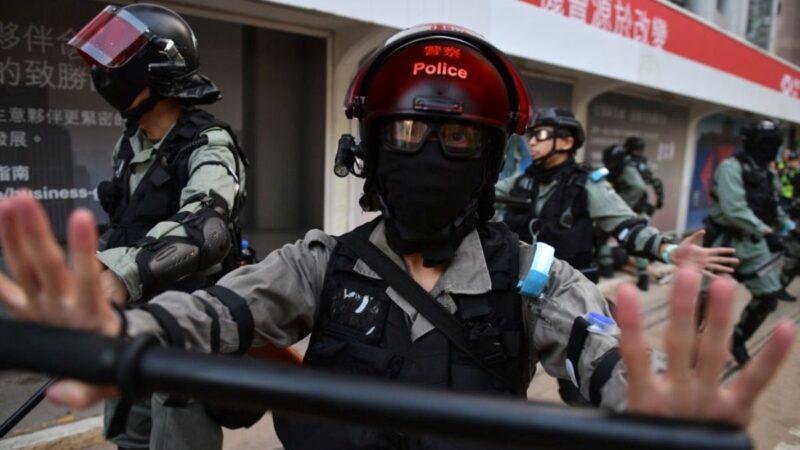 香港局勢持續惡化,並直接衝擊到香港的金融市場,加劇香港百萬富翁大逃離步伐。圖為10月5日,香港警察在港島中區追捕一對戴著口罩上街抗議的夫婦後,試圖封鎖該地區,阻擋記者採訪。(NICOLAS ASFOURI/AFP via Getty Images)