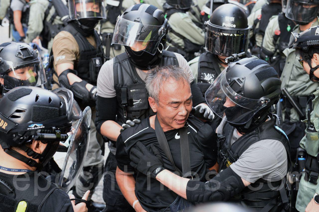13日下午,在旺角一名銀髮族老人被警察拘捕。(宋碧龍/大紀元)