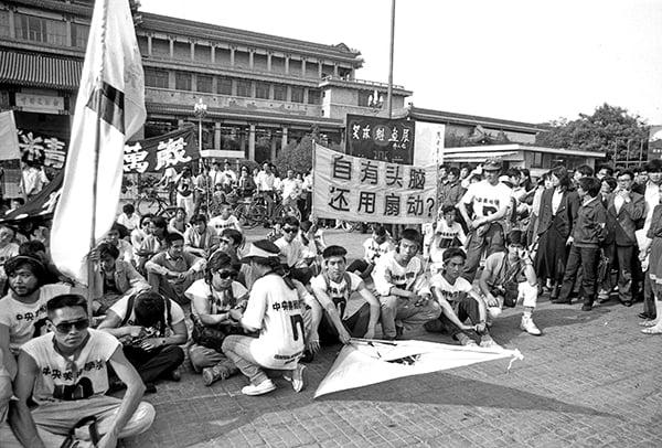1 9 8 9 年六四期間, 北京天安門廣場上聚集的請願學生。(Jian Liu 提供)