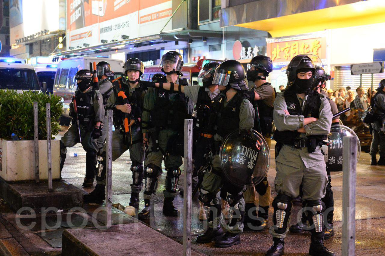 13日入夜後,在旺角仍有大批抗爭市民聚集,與防暴警察對峙。(宋碧龍/大紀元)