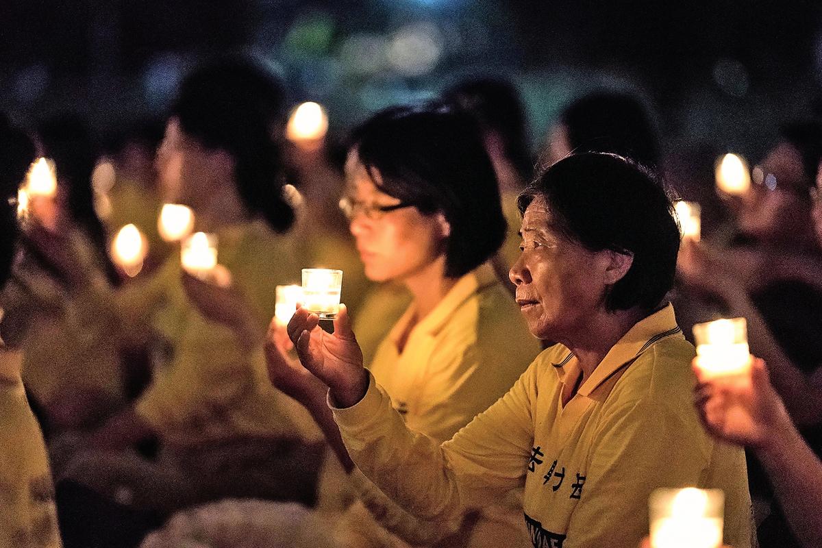 2017年7月,部分法輪功學員在華盛頓DC燭光悼念在中國大陸被迫害致死的法輪功學員。(石青雲/大紀元)