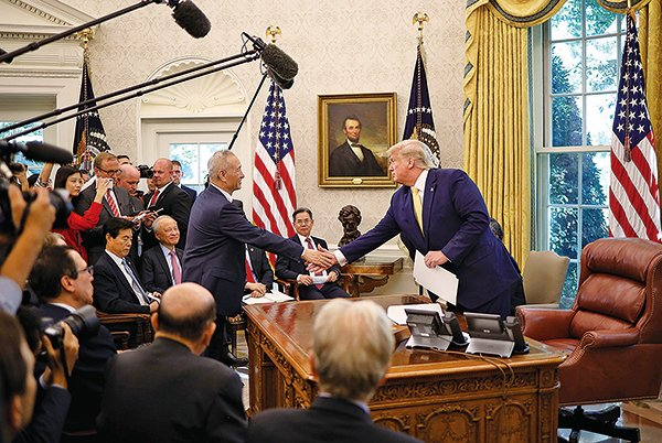 10月11日,中美貿易談判落下帷幕,美國總統特朗普在白宮接見中共副總理劉鶴時表示,雙方達成了相當實質性的第一階段協議。(Win McNamee/Getty Images)