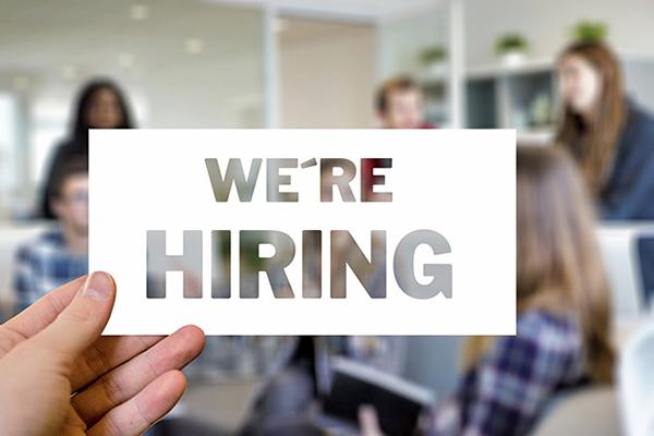 現在美國失業率降到50年最低,民眾收入溫和增長,通脹也持續走低。(Pixabay)