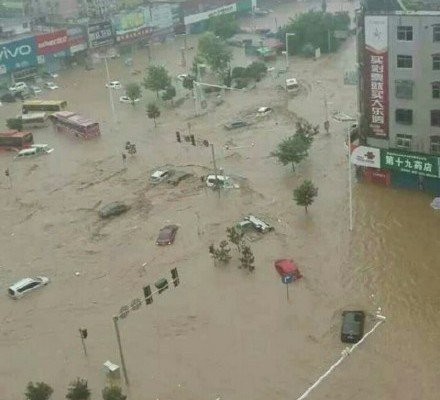 河南新鄉遭遇百年一遇特大暴雨,景區山洪暴發,洪水淹城。(網絡圖片)