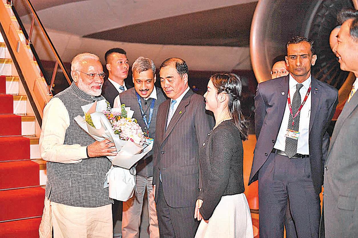 圖為去年4月,印度總理莫迪(左)飛抵湖北武漢,準備與習近平進行首次短暫的非正式會晤。(Getty Images)