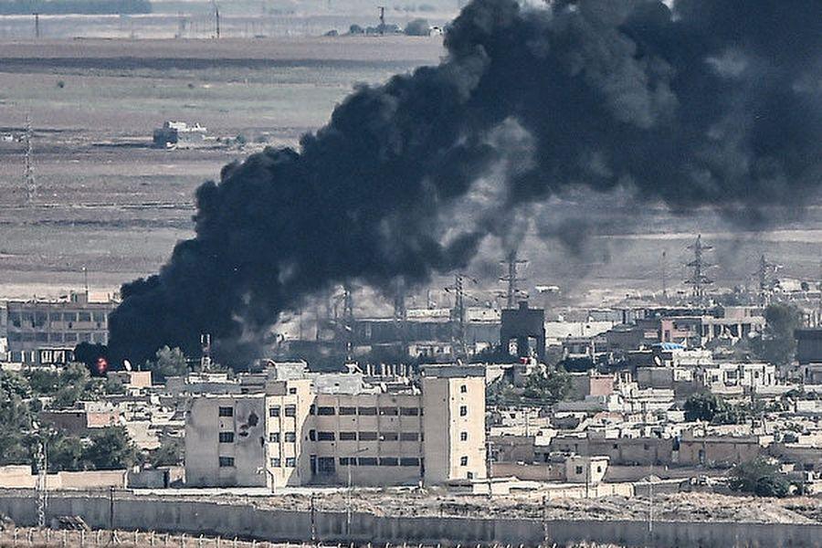 由於土耳其入侵敘利亞東北部,對庫爾德人開火,並造成平民死亡,特朗普政府正在考慮對土耳其實施經濟制裁。圖為敘利亞邊境的戰火。(Photo by Ozan KOSE/AFP)