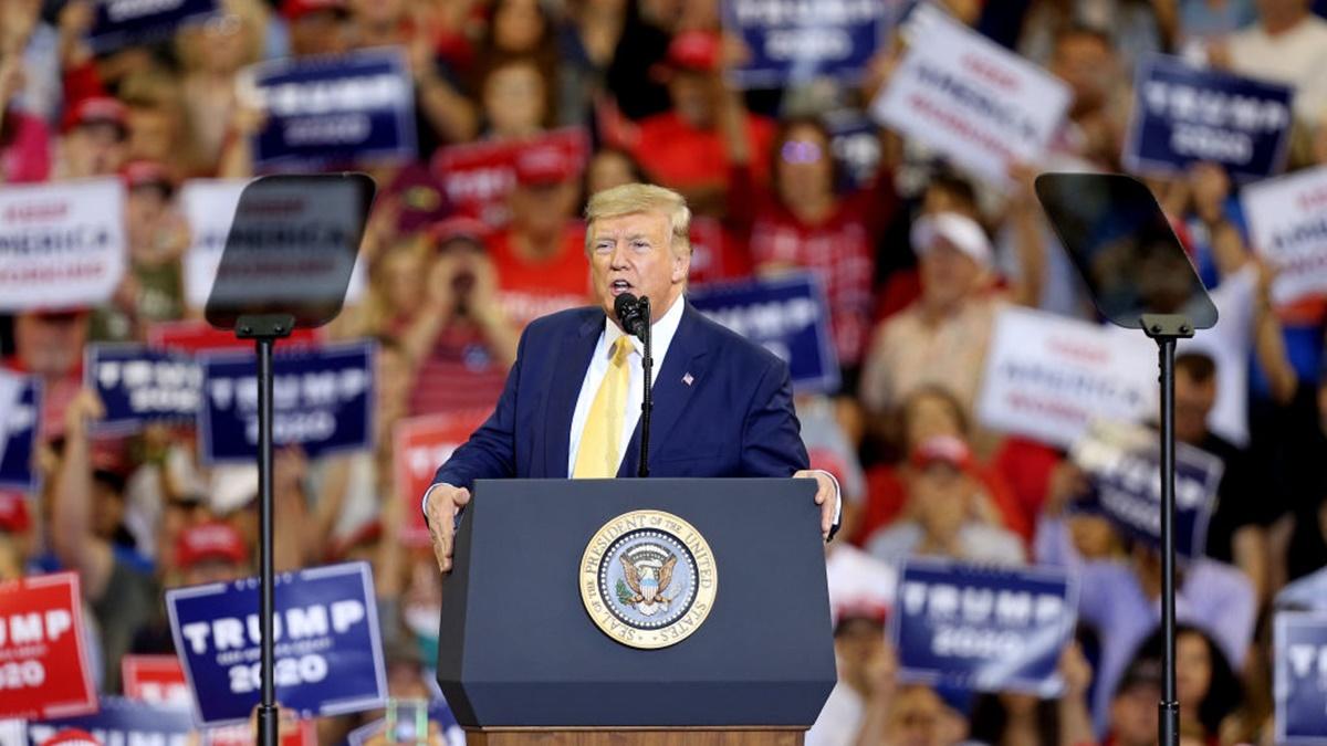 美國總統唐納德・特朗普2019年10月11日在路易斯安那州查理斯湖的蘇丹體育館舉行的競選集會上,在支持者的歡呼聲中走上講台準備發表講話。(Matt Sullivan/Getty Images)