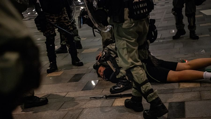 香港一名採訪車車長遭警方擊傷,並用索帶綁住押入警署,直到凌晨4點才將他送醫。示意圖。(Billy H.C. Kwok/Getty Images)