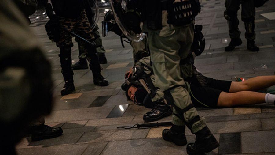 香港烽火夜 港記者後腦中彈 遭押往警署圍毆9處傷