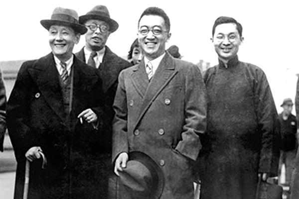 年輕時的胡適(右二),他說:不要相信共產黨那一套。(網絡圖片)
