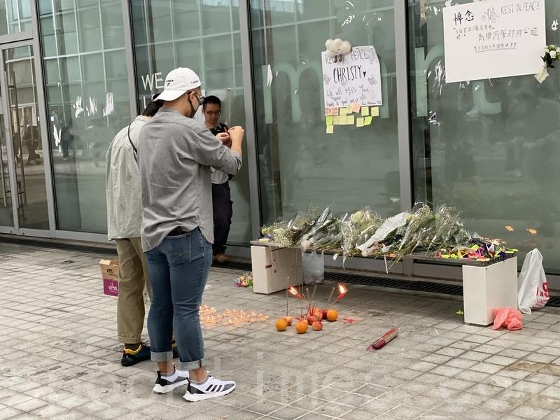 一批學生和市民昨日到香港知專設計學院悼念失蹤後死亡的陳彥霖。(駱亞/大紀元)