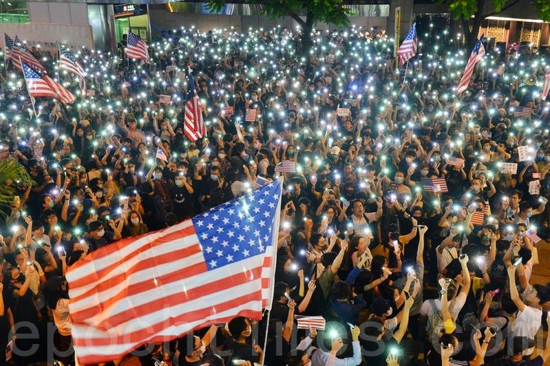 有團體昨晚在遮打花園舉辦「香港人權民主法案集氣大會」,呼籲美國儘快通過《香港人權及民主法案》法案,超過13萬人參加。(宋碧龍/大紀元)