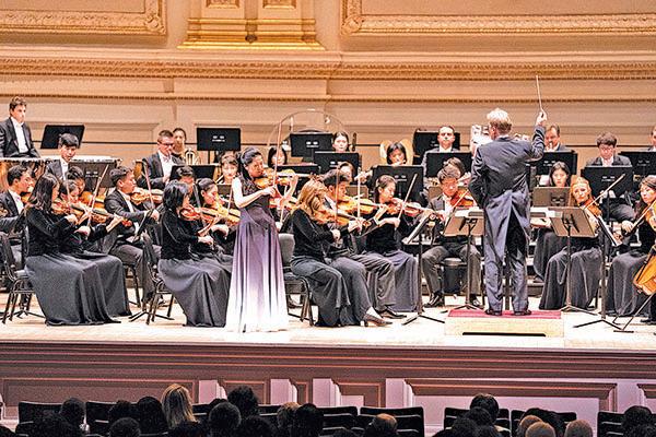 神韻交響樂團小提琴演奏家鄭媛慧的獨奏演出。(戴兵/大紀元)