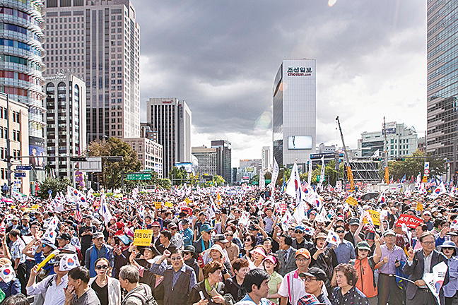 10月3日,南韓民眾在首爾光化門一帶舉行示威集會,要求法務部部長曹國辭職。(全景林/大紀元)