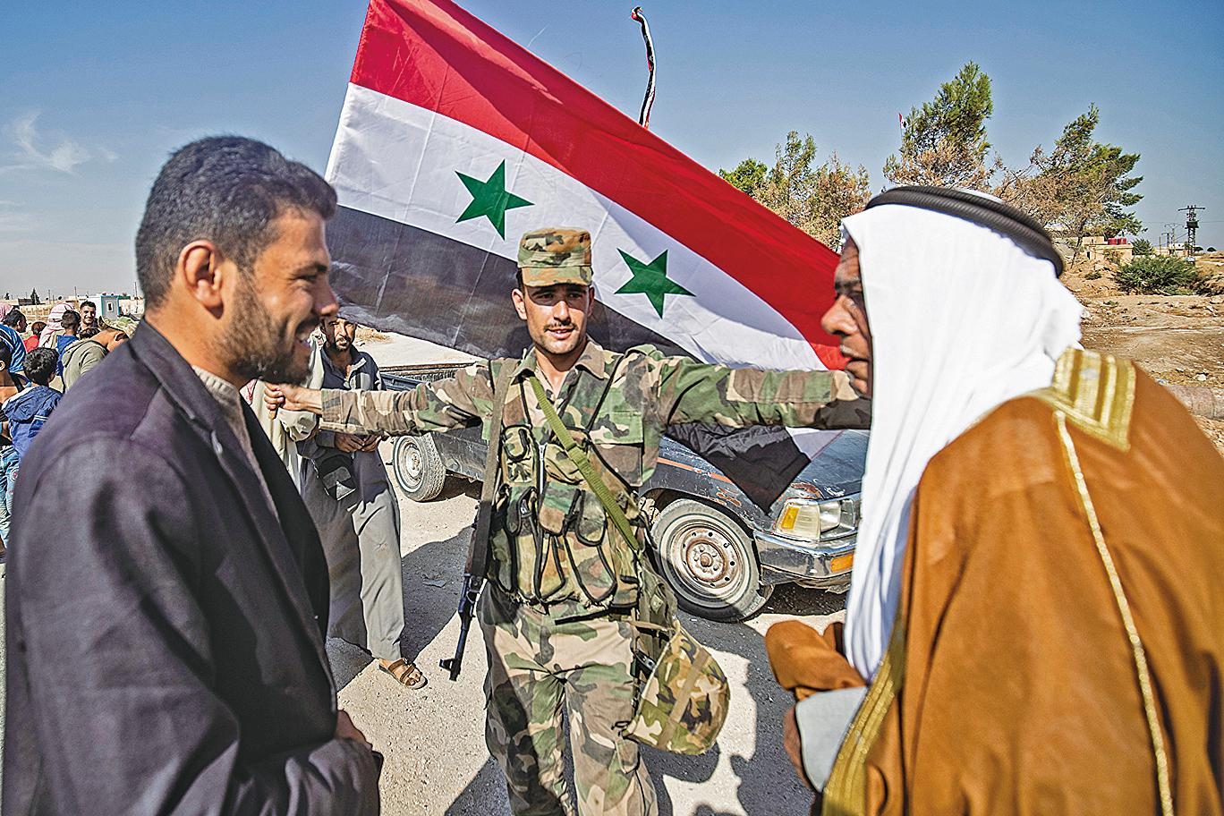 10月14日,敘利亞政府軍到達位於該國東北部Hasakeh的Tal Tamr鎮時受到當地居民歡迎。(AFP)