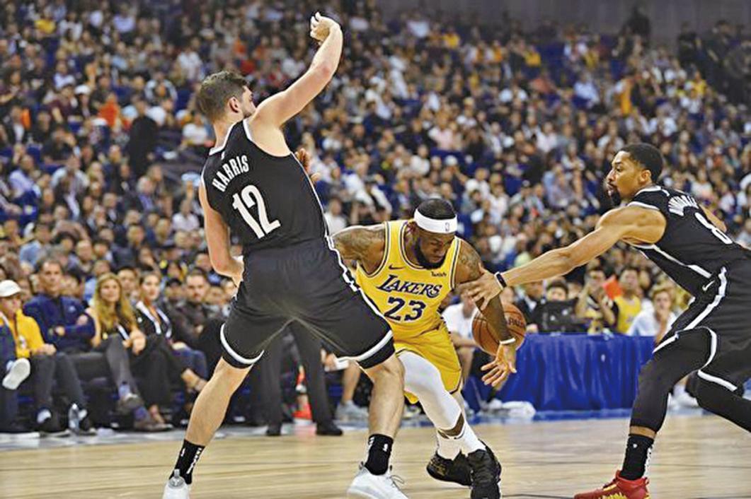 10月10日,NBA籃網隊和洛杉磯湖人隊在上海進行比賽,觀眾席上座無虛席。(Getty Images)