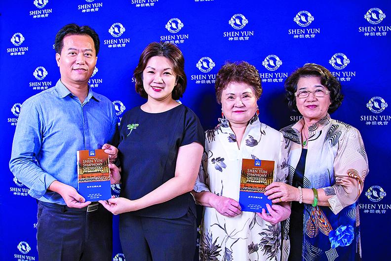 前航空系教授郭仕堯(左一)、台農有限公司董事長許硯婷(左二)與家人。(陳霆/大紀元)