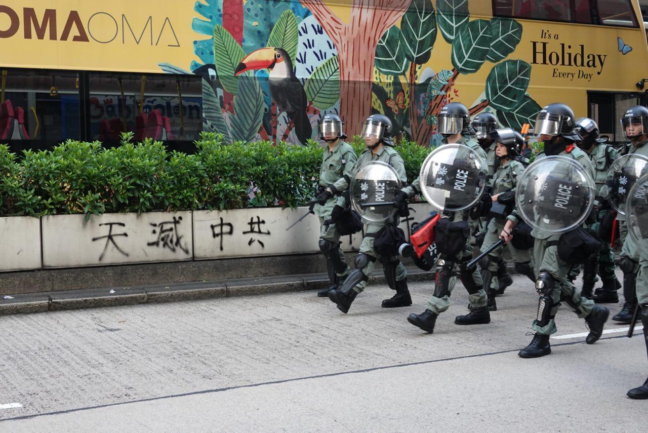 潘東凱表示香港警隊由中聯辦直接指揮。圖為10月12日,市民發起反緊急法遊行。防暴警察在油麻地清場。(余鋼/大紀元)