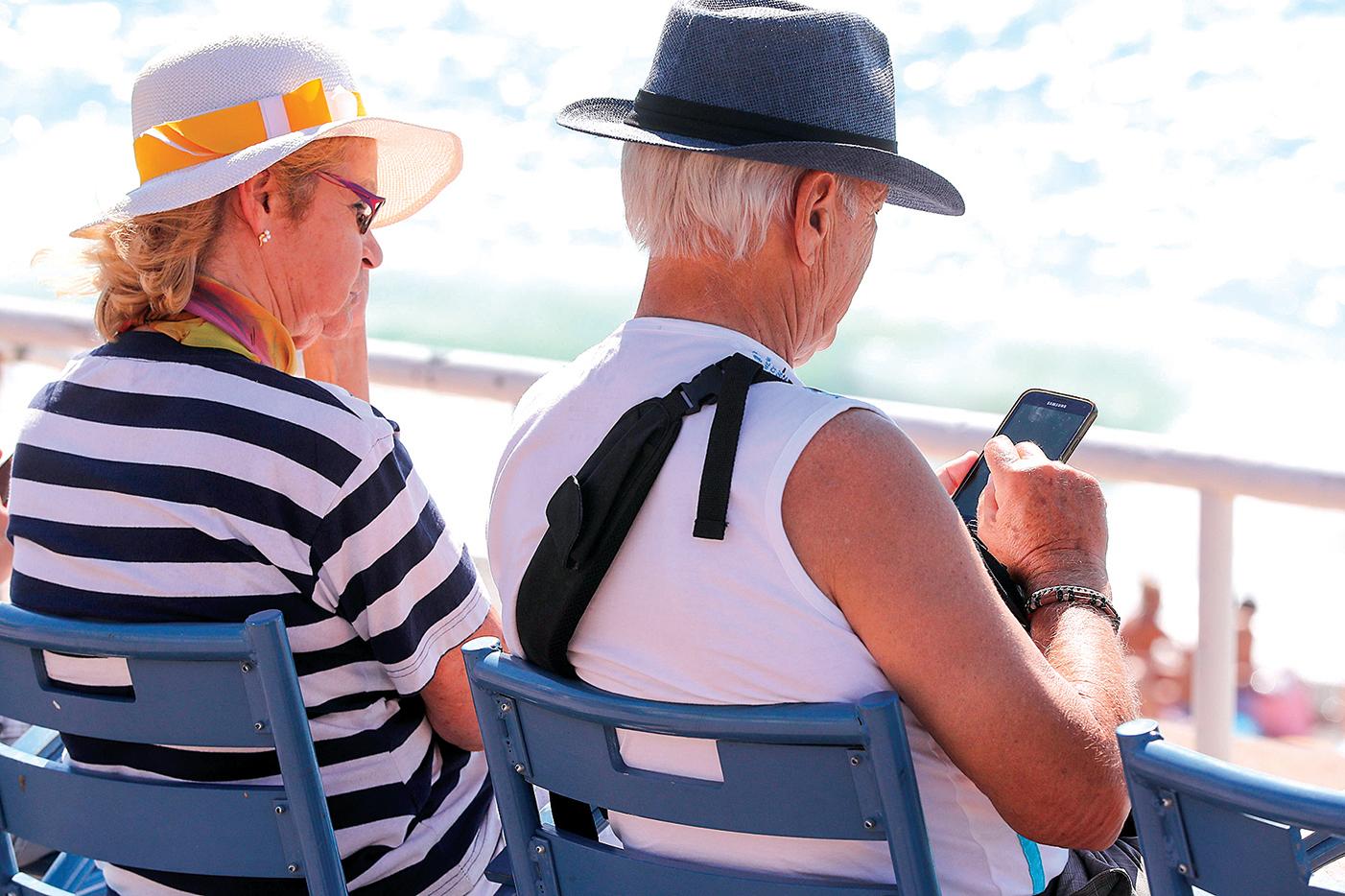 老年人使用手機的比例和頻度都越來越高。(AFP)