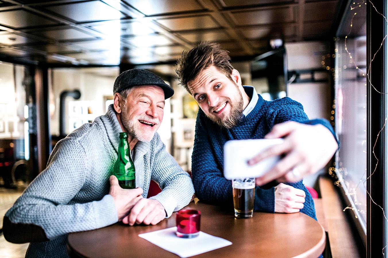 老年人如果突然開始「不太會用」自己的手機,有可能是認知能力衰退的前兆。這時,子女應該相應的採取措施,包括減少手機上的應用程序,監督父母的手機使用情況,或「拿走」他們的手機。 (Fotolia)