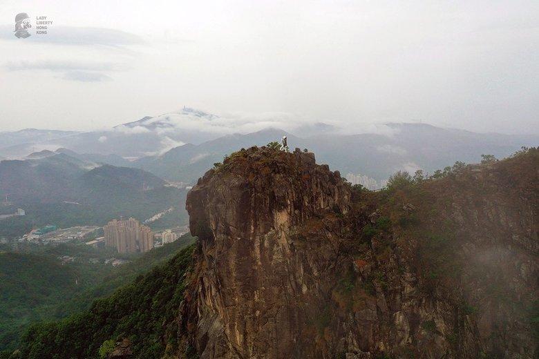 10月13日,有香港民間團隊在獅子山頂豎立了民主女神像,鼓勵和提醒港人「香港精神」。(Lady Liberty of Hong Kong)