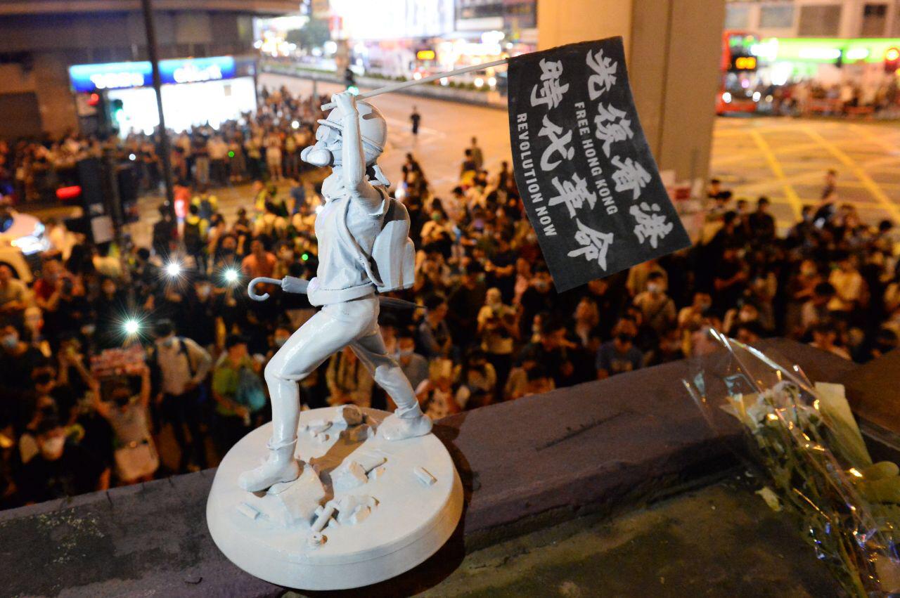 女神像亦與港人一樣在運動中不斷更新,先後以不同大小的迷你版,透過社區自發或與小店協作的形式在各區現身,與港人同行。(網絡圖片)