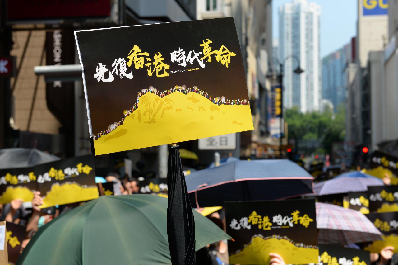 習慣文明社會一套的香港人,彷彿「一夜間」落入極權鐵腕下的黑暗中香港人不畏逆境,頑強抗爭的意志感動了世界。(大紀元資料庫)