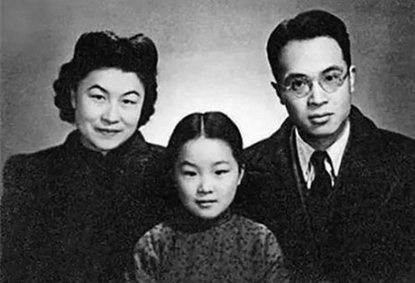 錢鍾書全家福,左為妻子、一代文學大師楊絳,前為女兒錢瑗。(網絡圖片)