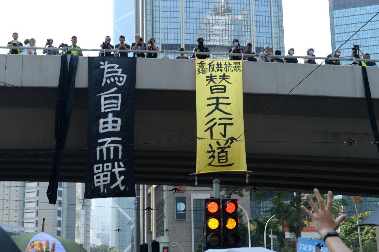 過去被形容為「溫室花朵」的香港年輕一代,前仆後繼的走到前線,道德、良知給了他們勇氣去面對和撼動中共極權。(大紀元資料庫)