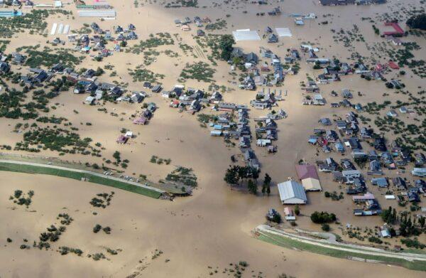 2019年10月13日,長野縣千曲川潰決,河岸旁邊的房屋被淹。( JIJI PRESS/JIJI PRESS/AFP via Getty Images)