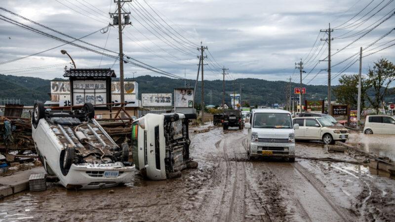 2019年10月14日在日本長野縣遭受洪水氾濫的地區翻倒了車輛。 (Carl Court/Getty Images)
