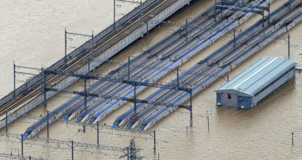 JR東日本公司位於長野的新幹線機廠附近,淹水最深時深達約4.3米。(JIJI PRESS/JIJI PRESS/AFP via Getty Images)