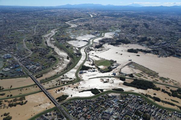 截至14日傍晚為止,已知颱風海貝思造成7縣共37條河川有52處河川潰堤。(STR/JIJI PRESS/AFP via Getty Images)