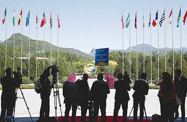 特朗普的貿易戰,對中共的「一帶一路」釜底抽薪。圖為今年5月中共在北京雁棲湖舉辦第二屆「一帶一路」論壇時,各國記者在會場外拍攝。(Getty Images)