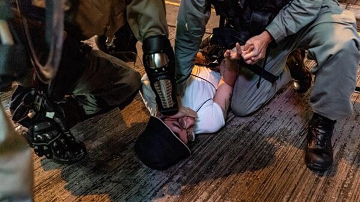 一些港警對待抗爭民眾的殘忍手段與中共軍警更如出一轍,令民眾懷疑中共軍警或已混入港警隊伍,執行暴力鎮壓的命令。(Anthony Kwan/Getty Images)