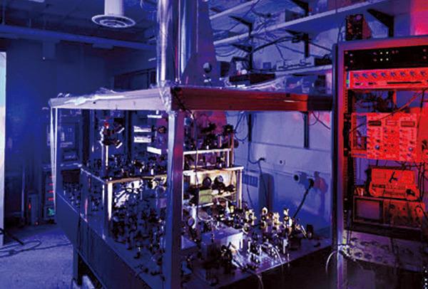 圖為NIST-F1銫噴泉原子鐘,其不確定度約為3×10-16(2013年)。最新的原子鐘精準度達到了10-19。(維基百科)