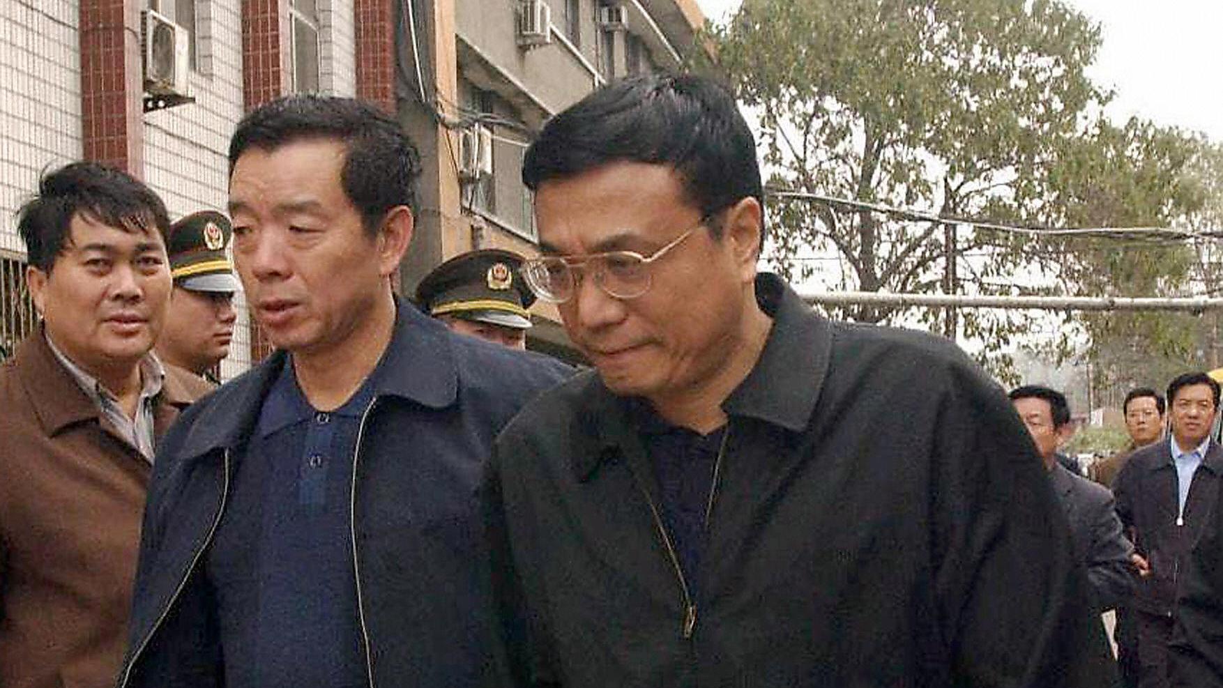 日前,李克強在西安考察時,突然拐進一家肉夾饃小店,問顧客肉夾饃多少錢一個。網友稱歷屆總理都做秀。( STR/AFP/Getty Images)