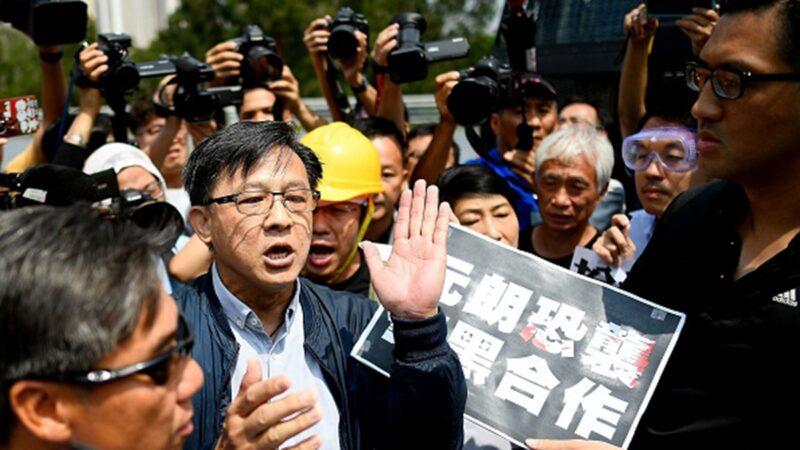 何君堯(中)因涉入香港元朗暴力襲擊事件遭到港人譴責。(MANAN VATSYAYANA/AFP/Getty Images)