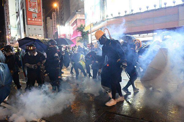 有目擊者稱,8.31當天扔汽油彈的「示威者」,大都背後有LED燈在閃爍。(宋碧龍/大紀元)