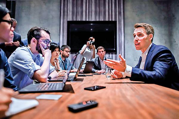10月13日密蘇里州共和黨參議員霍利(Josh Hawley)在香港跟記者見面。(AFP)