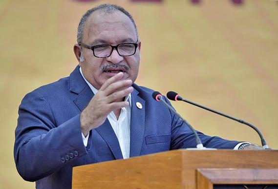 圖為,2018年11月18日,時任巴布亞新畿內亞總理的歐尼爾,在亞太經濟合作組織(APEC)峰會閉幕式上致辭。(AFP)