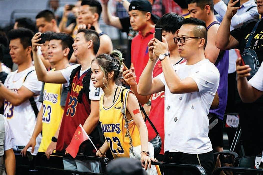 10月12日的深圳NBA季前賽,賽場內球迷聚精會神看球