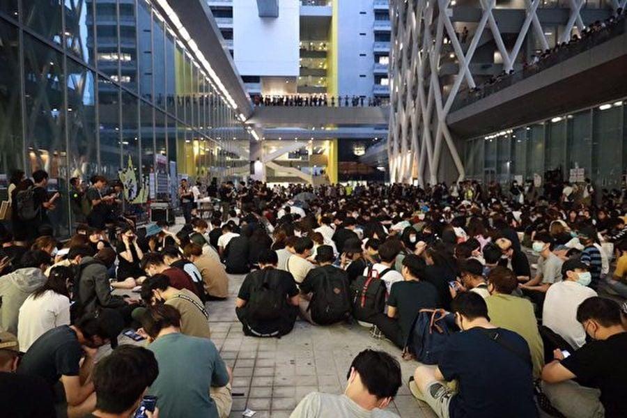 10月14日晚,知專設計學院大樓前數百人靜坐聲援死者陳彥霖,要求校方公佈完整CCTV,還原真相。(王偉明/大紀元)
