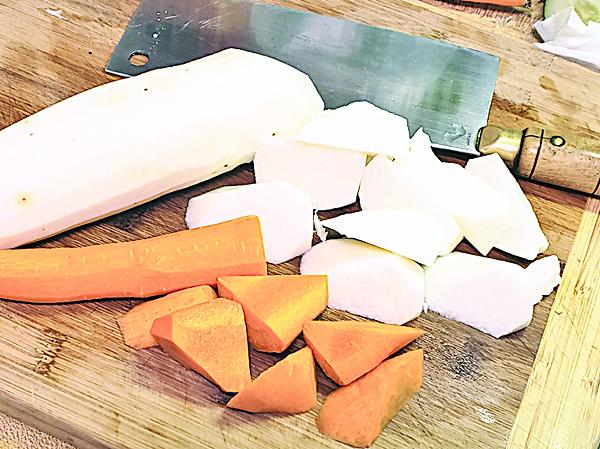 淮山和紅蘿蔔去皮切大塊,無花果切開一半用水浸泡一會。
